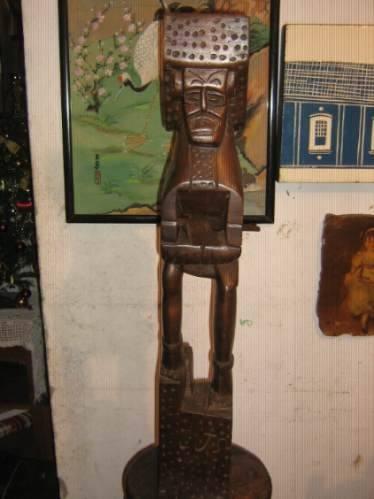 escultura artesanal madeira.82 cm x 13 cm ! !