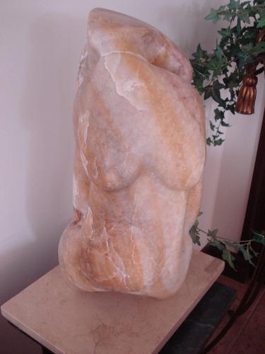escultura de alabastro beige,