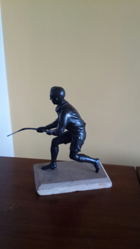 escultura de bronce sobre marmol