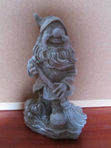 escultura de duende  cuidador de la casa