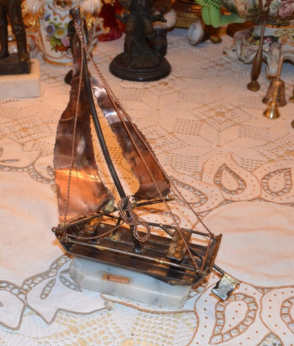 escultura de hierro. chalana, barco finamente forjada