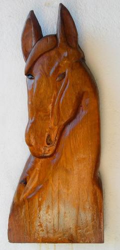 escultura de madeira cavalo em alto relevo.