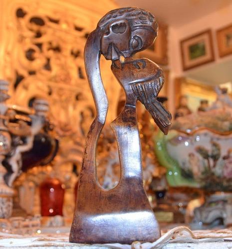 escultura de madera. novios besándose