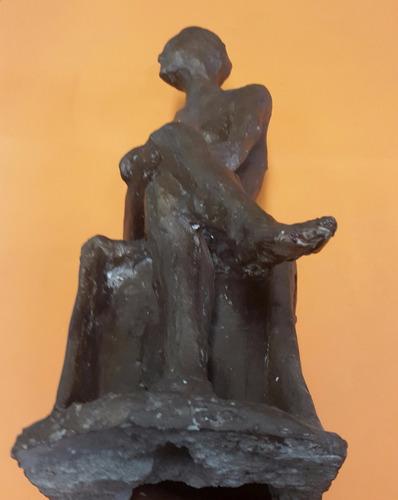 escultura de mujer en cerámica.