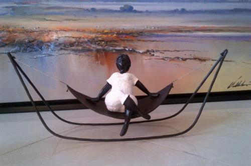 escultura del artista n. valero, hamaquita y columpios
