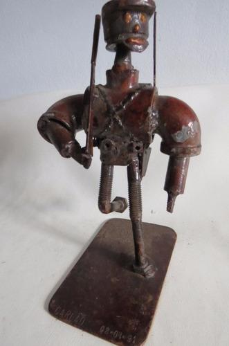 escultura em sucata - soldado em marcha -  assinada
