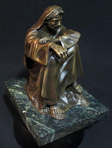 escultura en bronce de jesus meditando en el desierto