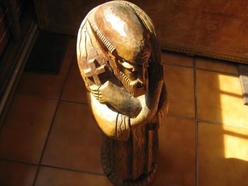 escultura entalhada na madeira linda peça envernizada.