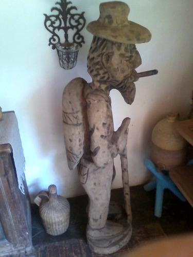 escultura gigante en madera, de gran valor estético