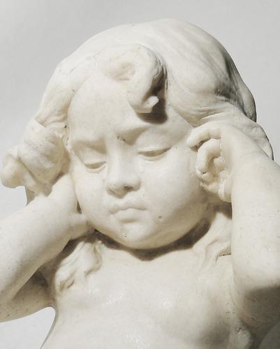 escultura italiana de alabastro  niña sobre almohadon