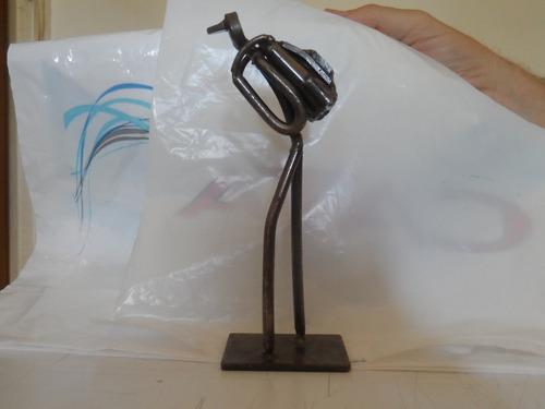 escultura metalica del autor mochilero