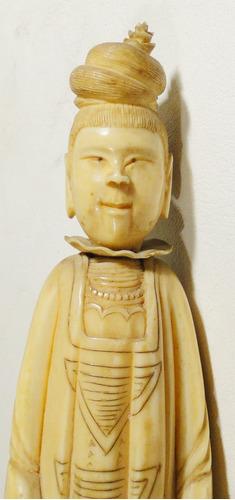 escultura oriental iv or mujer con ropa tradicional