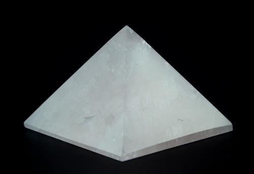 escultura pirâmide em quartzo rosa - e76