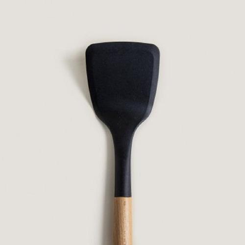 espatula de nylon negro y mango de madera