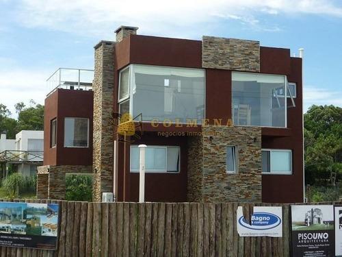 espectacular casa a metros del mar y cercano a todos los puntos en balneario bs as - ref: 735