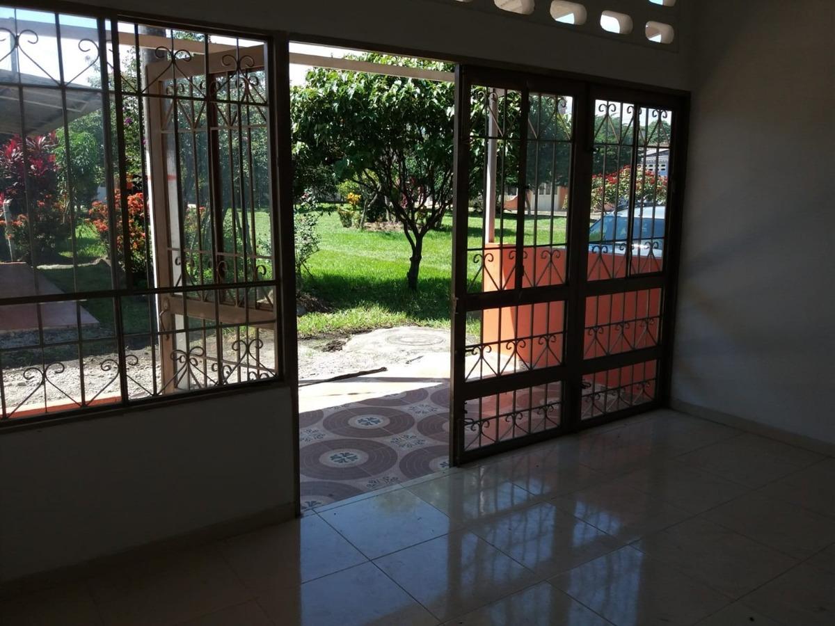 espectacular casa con dos frente y hermosas zonas verdes.