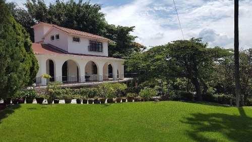 espectacular casa de campo con extensas áreas verdes