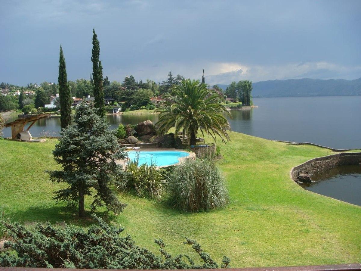 espectacular casa en villa carlos paz  sobre lago se alquila