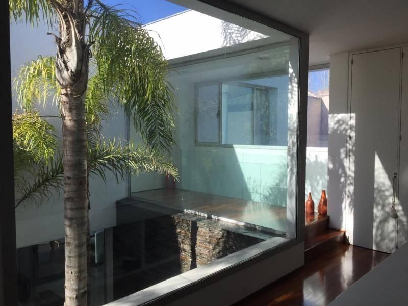 espectacular casa moderna a la laguna central en santa barbara.