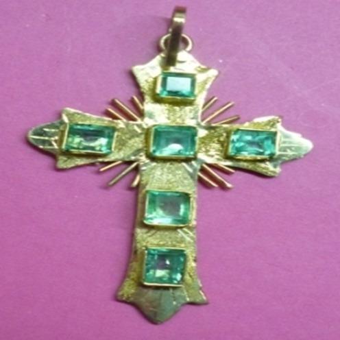 espectacular cruz mediana en oro de 18k con seis esmeraldas