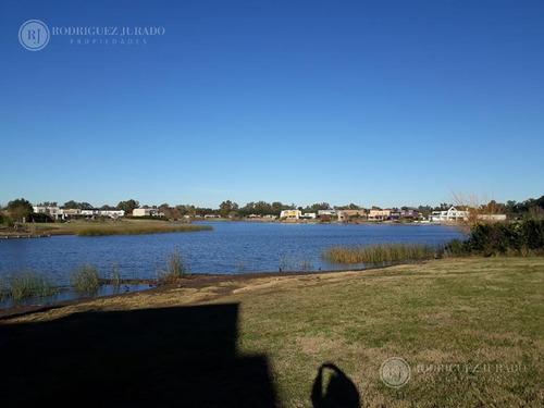 espectacular lote con 45 mts de costa y gran espejo de agua