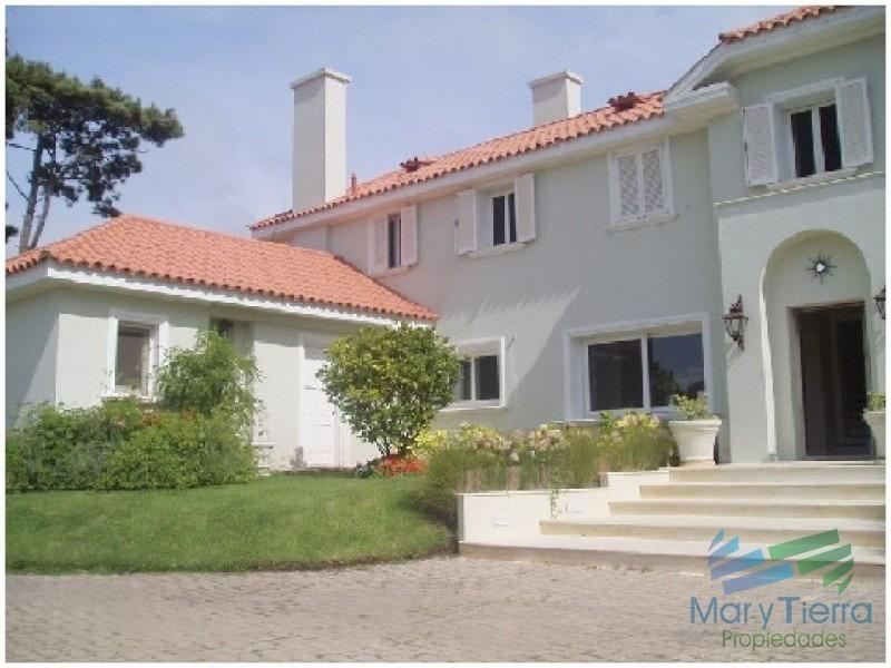 espectacular residencia en una de las zonas mas cotizadas de punta del este, a metros del mar (playa brava).-ref:1640