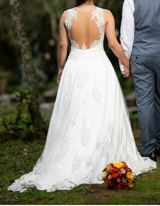 espectacular vestido novia con escote espalda y apliques - $ 400.000