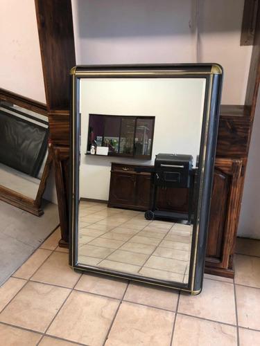 espejo antiguo de gran tamaño con marco de madera