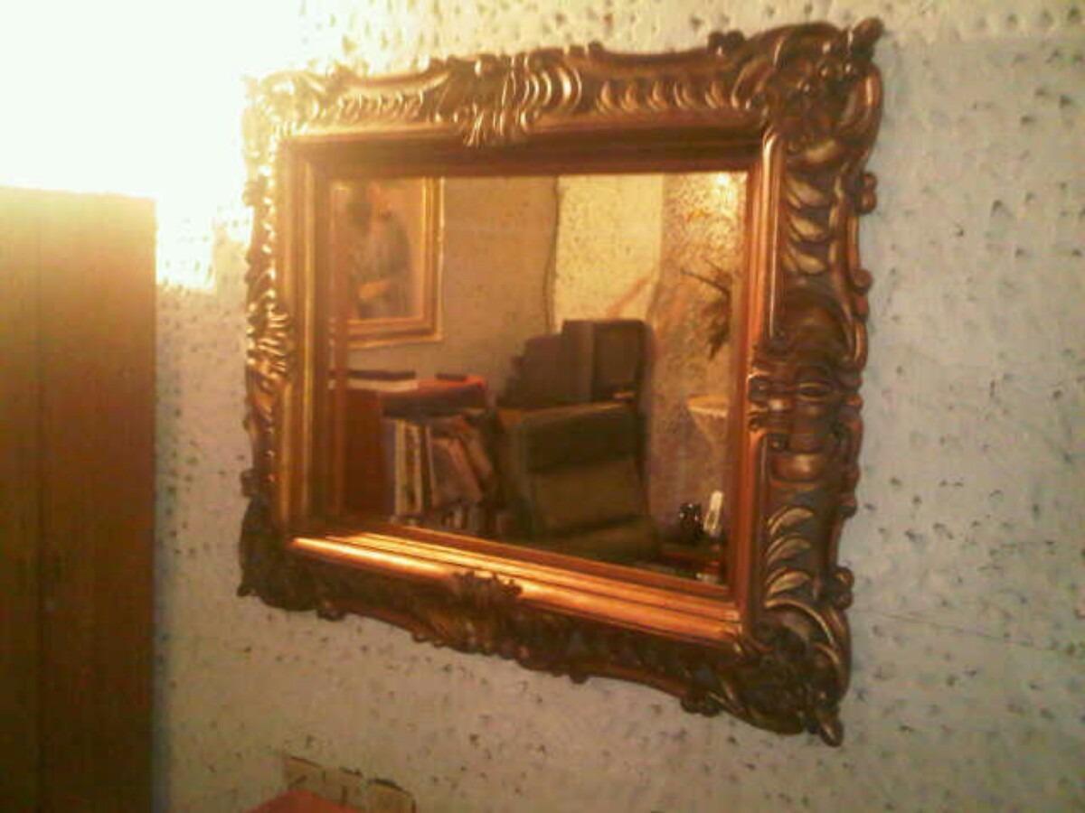 Espejo biselado con marco tallado en madera bs for Espejos de pared madera