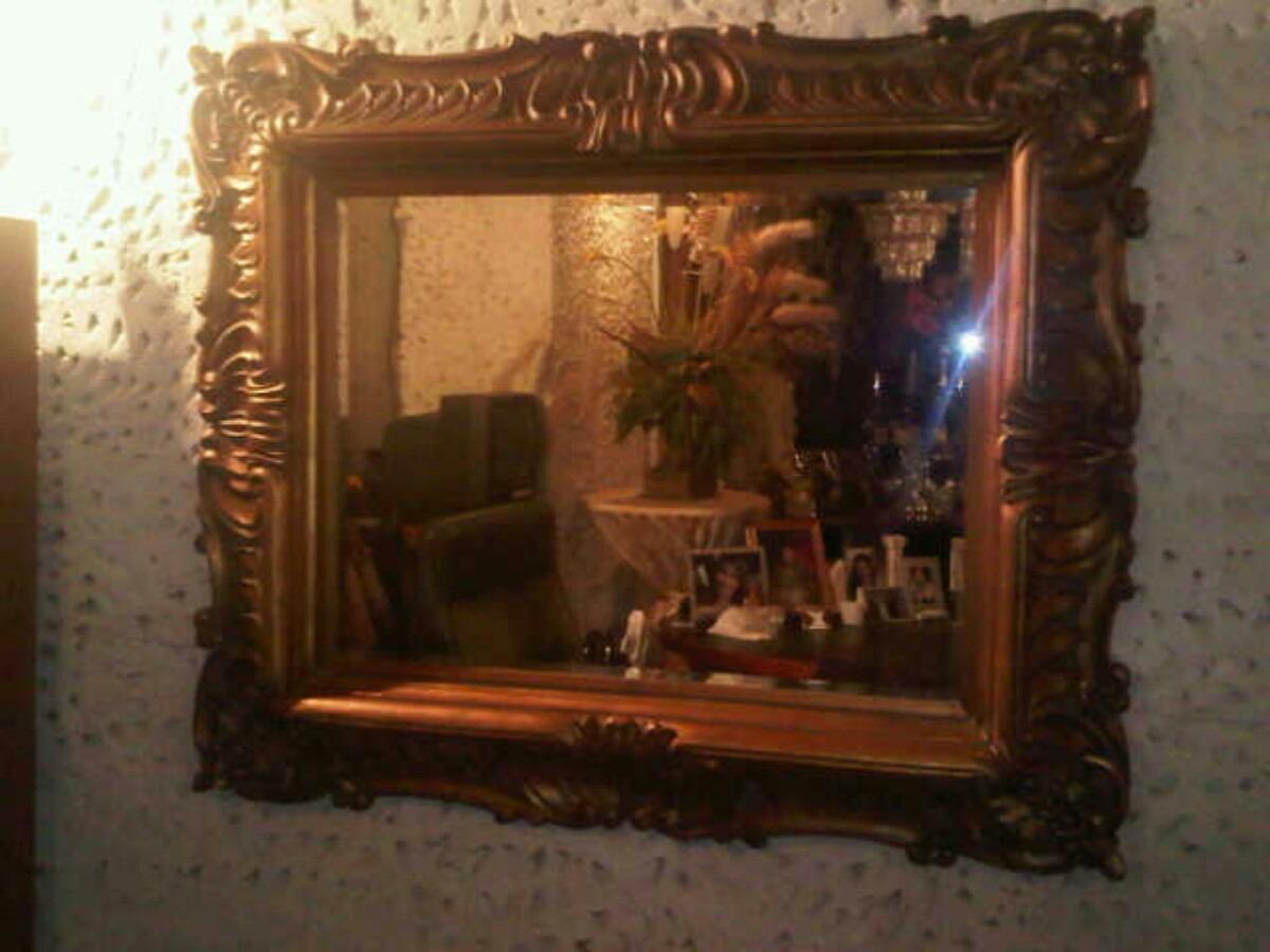 Espejo biselado con marco tallado en madera bs for Espejos redondos con marco de madera