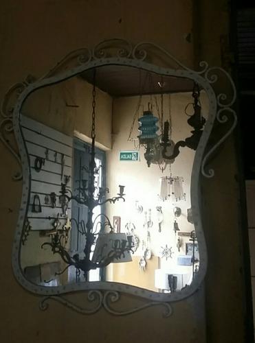 espejo blanco y dorado