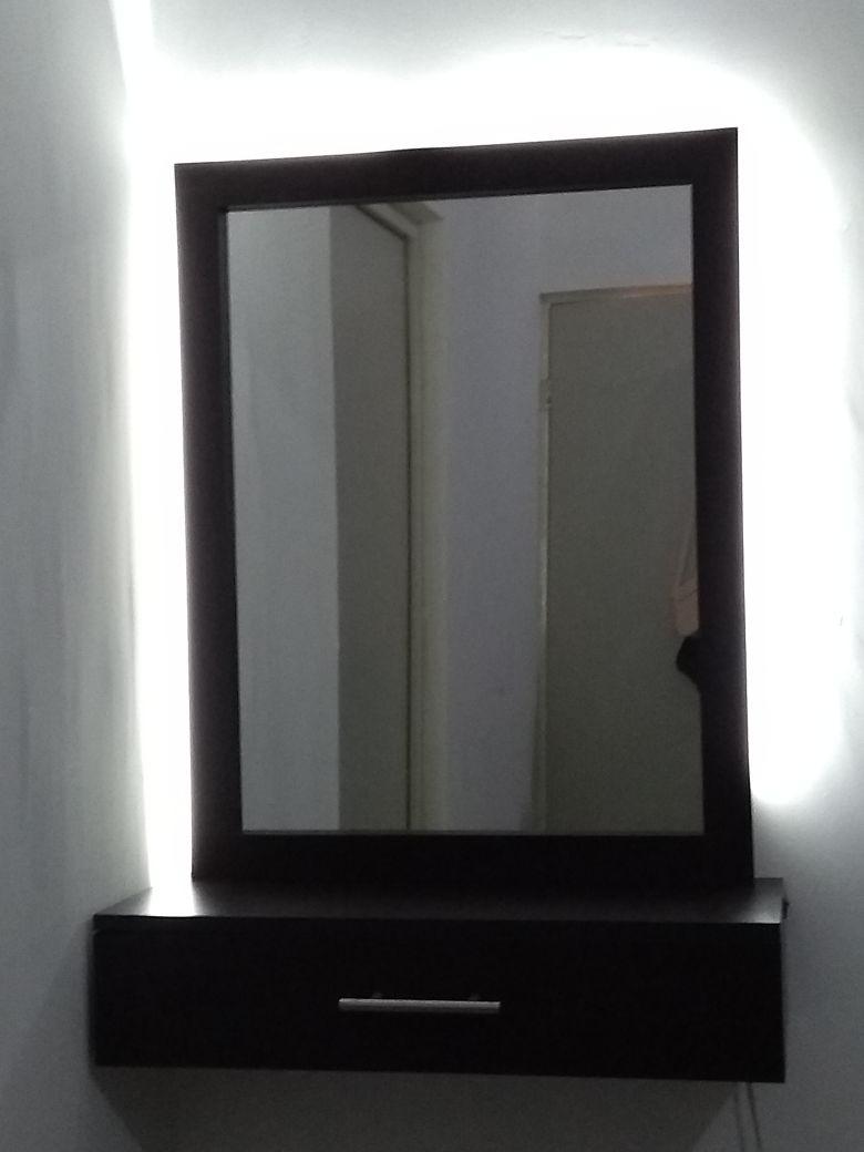 Espejo con iluminaci n indirecta con repisa flotante for Espejos con iluminacion