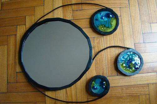 espejo con marco de hierro y círculos de vitrofusión
