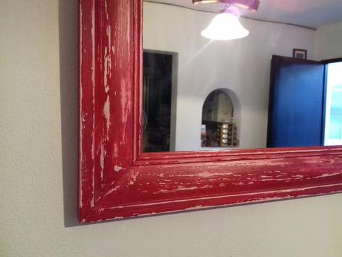 espejo  con marco de madera decapado.