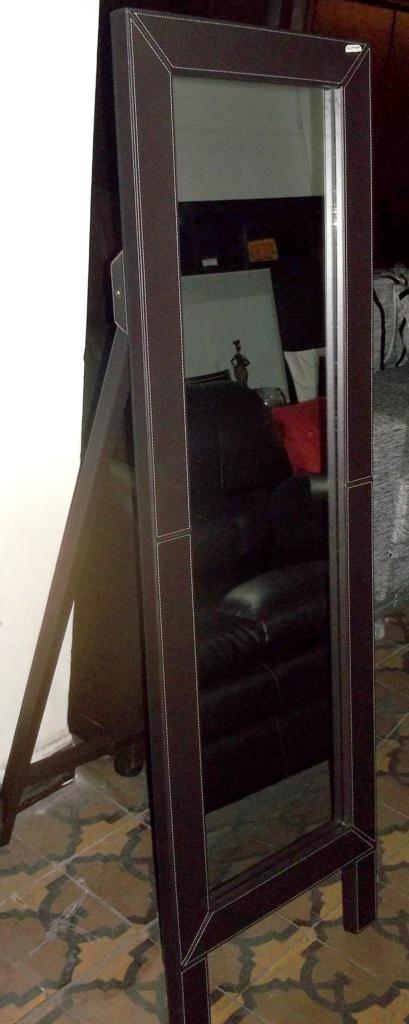 Espejo de pie revestido en cuero living dormitorio for Espejo de pie dormitorio