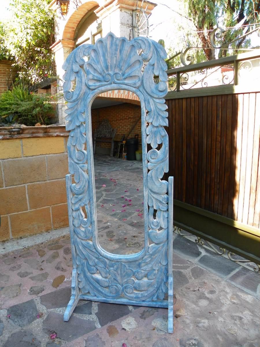 Espejo de pie vintage tallado en madera con decapado for Espejos de pie en madera