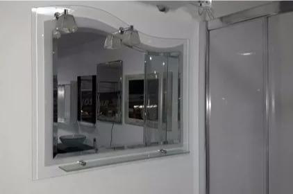 espejo laqueado con repisa+detalles aluminio+luz 55 x 75 cm