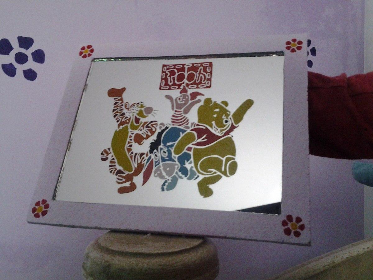 Espejos decorados es un espejo enmarcado en una flor de for Espejos ovalados decorados