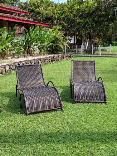 espreguiçadeira cadeira piscina e varanda em ferro e junco