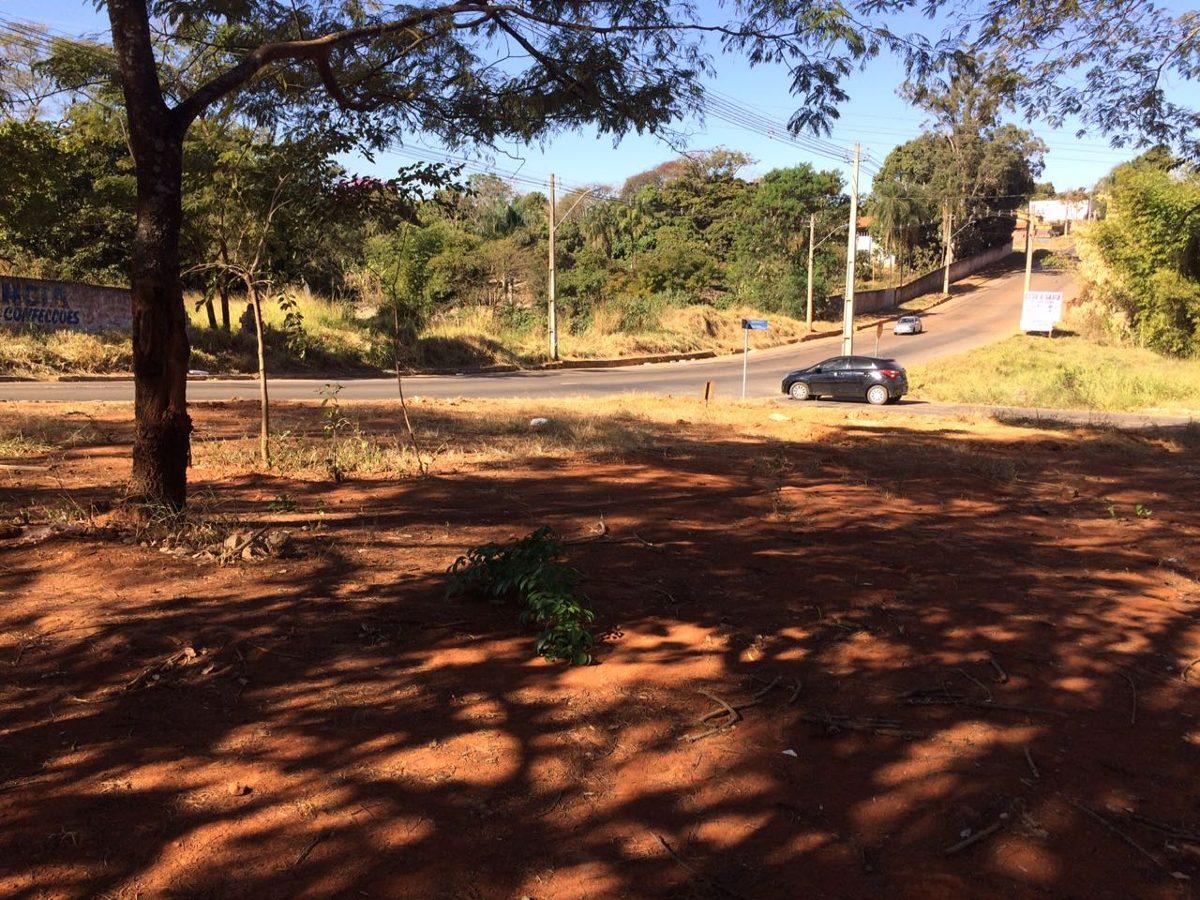 esquina comercial (asfalto e agua) parque hayala