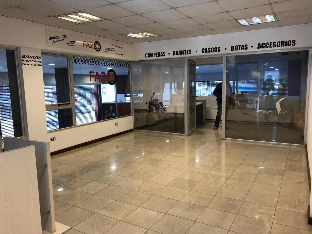 esquina comercial con amplia exposicion (marquesina y vidriera)