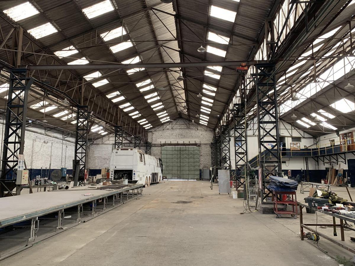 establecimiento industrial desarrollado sobre una superficie de  2500 m2, de superficie con salida a tres calles.