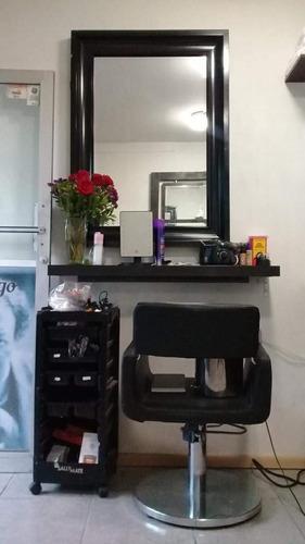estación de corte y lavado de cabello con depósito para agua