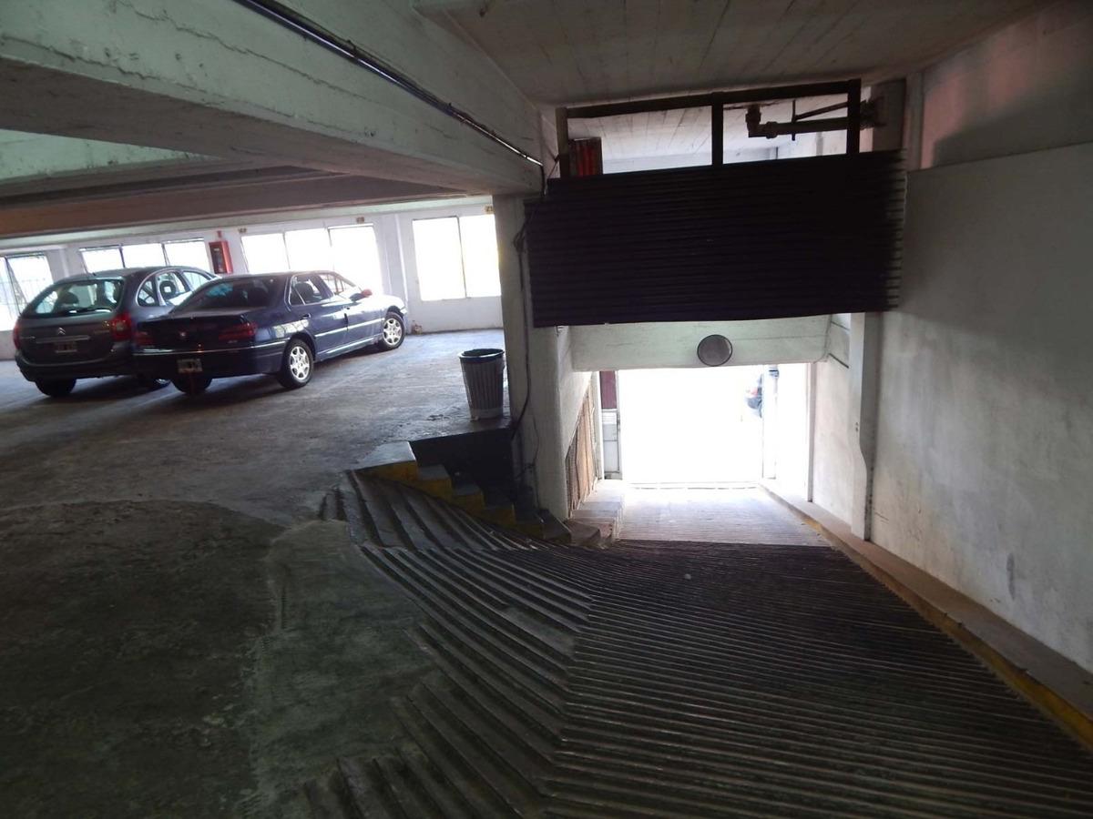 estacionamiento para 24 autos y 10 motos