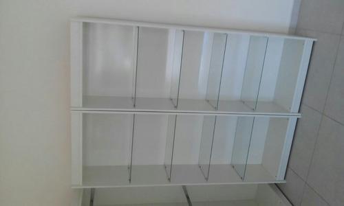 estante c/ prateleiras de vidro temperado.
