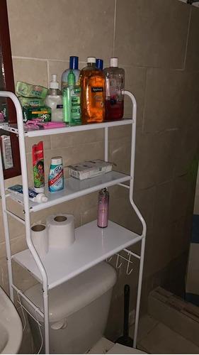 estante de lindo baño