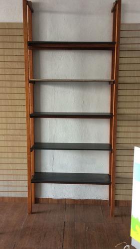 estante de madera con repisas de melamina