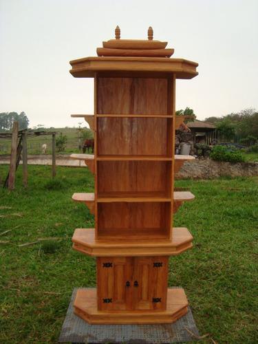 estante templo em madeira de demolição com prateleiras.