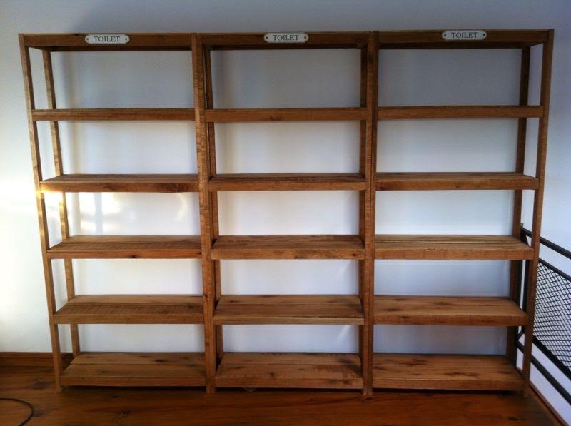 Estanterías clásicas de madera, para darle un toque personal y que te permite ordenar y decorar. Descúbrelas en Leroy Merlin.