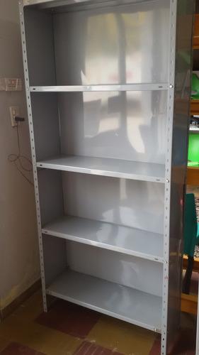 estantería metálica con 5 estantes y fondo metálico